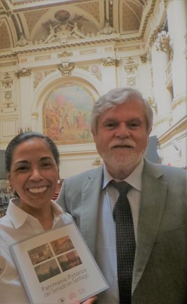 <h3> Norma Alcamán, Directora de Booklife Asesorías Editoriales y socia de la SBCH, con Juan Guillermo Prado, autor del libro.</h3>