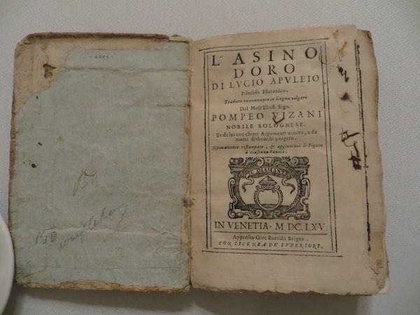 """<h3>Libro """"El asno de oro"""", de Apuleio, publicado en Venecia, en 1665, llevado a a comida por un socio.</h3>"""