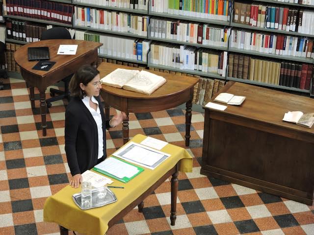 "Alessandra Basso, Bibliotecaria e Investigadora experta en libros antiguos, dicta la conferencia titulada: ""Memoriae hominum. Mapas, libros e historias de la Biblioteca Diocesana de Aosta"" en Valle d'Aosta, Italia, junio de 2019."