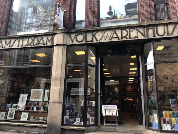 Fachada de la Librería Volkswarenhuis en Amsterdam, Holanda.