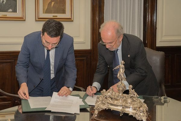 Rodrigo Obrador firmando el importante acuerdo binacional
