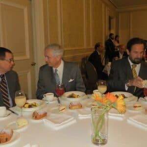 Exequiel Lira con el Embajador Oscar Alcaman, durante la reunión-desayuno del Club Monetario en el Hotel Ritz-Carlton de Santiago. Este Club reúne a diplomáticos, empresarios, abogados y académicos que invitan a ex Presidentes, Ministros y los más destacados economistas para exponer sobre temas de actualidad nacional e internacional.