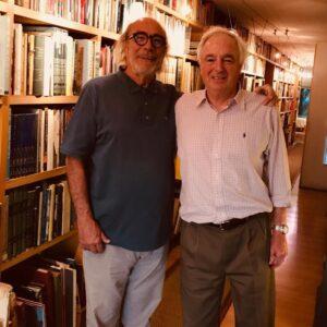 Exequiel Lira con Cristián Boza (1943-2020), destacado arquitecto y socio de la Sociedad de Bibliófilos, en la biblioteca de su casa, mayoritariamente compuesta por libros de arquitectura.