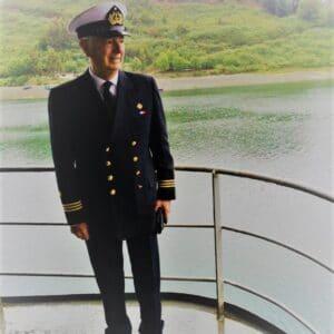 Exequiel Lira, Broker Associate de Larraín Vial, ex presidente del Rotary Club de Santiago, bibliófilo y oficial de la Marina (reserva), en el sur de Chile.
