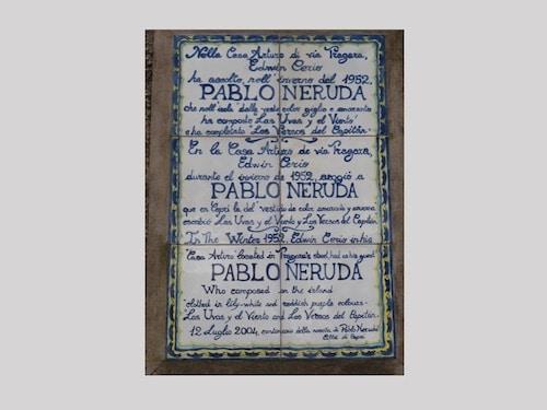 Placa señalando la casa donde vivió Neruda en Capri