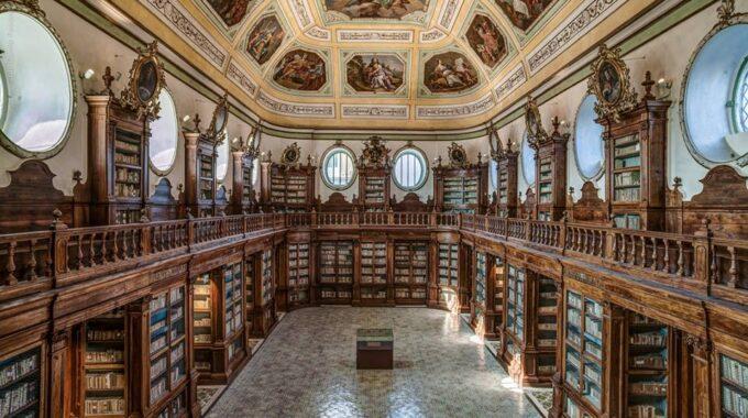 La Biblioteca De Catania (Sicilia, Italia), Dirigida Por La Sra. Rita Angela Carbonaro