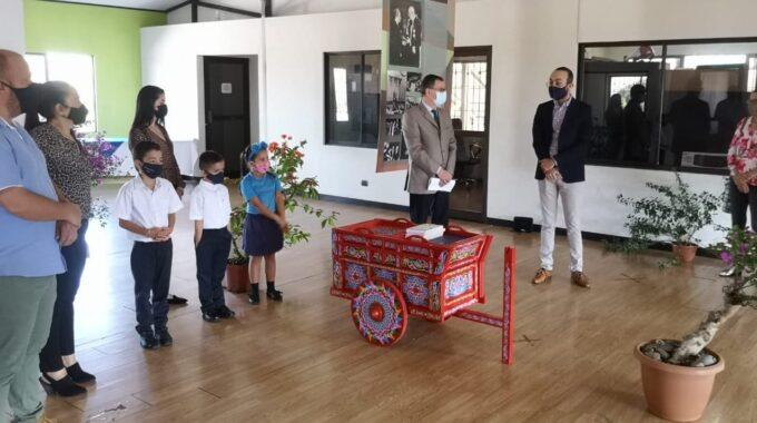 El Director De La Casa De La Cultura De Sarchí, Sr. Maikol Porras, Se Dirige A Los Pequeños Estudiantes Y Sus Padres.