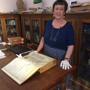 Dottoressa Monica Maria Angeli con un libro antico.