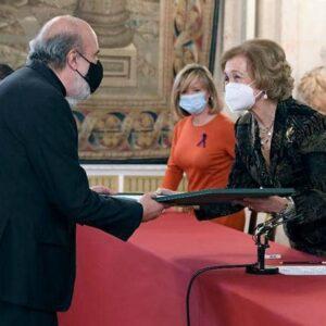 El poeta Raúl Zurita recibe el Premio de manos de la Reina Sofía de España.