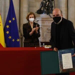 Raúl Zurita con el Diploma del Premio Reina Sofía.