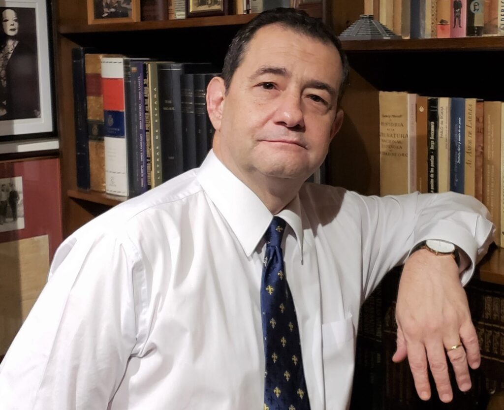 El profesor y poeta Andrés Morales en su biblioteca.